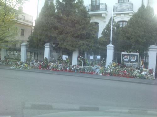 Flori, lumanari si mesaje in fata Ambasadei