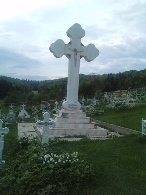 Cruce in cimitir