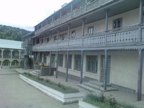 In curtea manastirii
