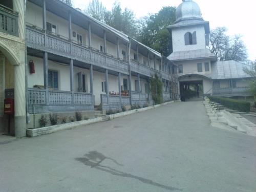 Curtea Manastirii Slatioara